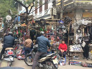 Chợ Trời: Tiểu thương mặc nhiên coi lòng đường như đất kinh doanh riêng