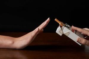Cai thuốc và hạn chế uống rượu rất có lợi cho những người mắc chứng mỡ cao trong máu