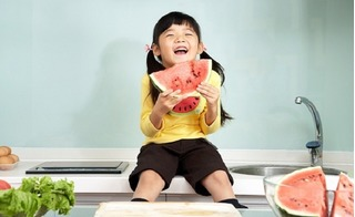 Cách cho trẻ ăn hoa quả theo tháng tuổi để hấp thụ 100% dưỡng chất và tốt cho tiêu hóa