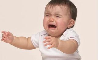 Tại sao trẻ con đang ngoan nhưng cứ nhìn thấy mẹ là quấy, khóc?