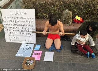 Trời rét căm căm, bố vẫn quỳ gối xin người qua đường đánh mình để kiếm tiền cho con chữa bệnh