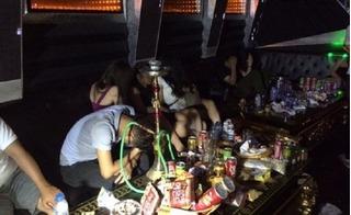 Bắt quả tang 4 thiếu nữ sinh năm 2000 ''bay lắc'' tập thể trong quán karaoke
