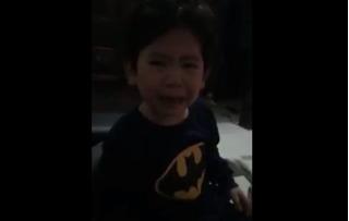 Clip bé trai 4 tuổi khóc lóc đòi mẹ đẻ em bé gây sốt cộng đồng mạng