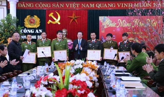 Lãnh đạo UBND tỉnh trao thưởng nóng cho các tập thể và cá nhân