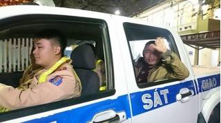 Xúc động những chuyến xe cảnh sát đưa người dân về đoàn tụ cùng gia đình đêm 30