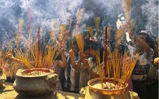 Một lít hóa chất xịt 10.000 cây nhang -  hiểm họa ẩn nấp nơi làn khói cửa chùa