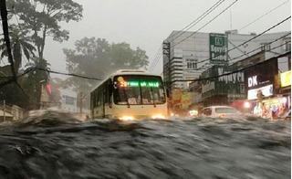 Sài Gòn bất ngờ đón mưa trái mùa, nhiều tuyến phố bị ngập sâu