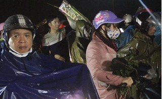 Ùn ùn đổ về chợ Viềng cầu may, hàng ngàn người bơ phờ, chôn chân dưới trời mưa