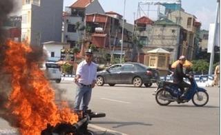Xe máy bất ngờ bốc cháy ngùn ngụt, trơ khung sắt trên phố Trần Khát Chân