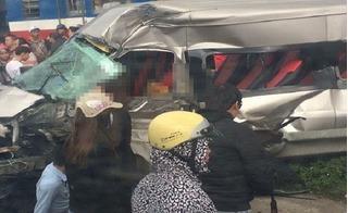 Tàu hỏa tông ô tô 16 chỗ, ít nhất 3 người thương vong