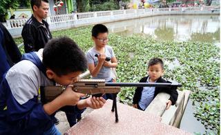 Hội làng Hà Nội đầy súng đồ chơi bắn đạn nguy hiểm