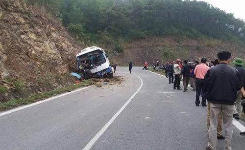 xe khách đâm vào vách núi