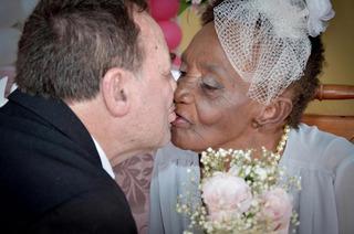 Không bao giờ là quá muộn để ở bên tri kỷ của đời mình: Cụ bà 106 tuổi đính hôn bạn trai 66 tuổi