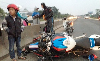 Cặp phượt thủ đi xe phân khối lớn tông trúng cụ ông trên quốc lộ 1A