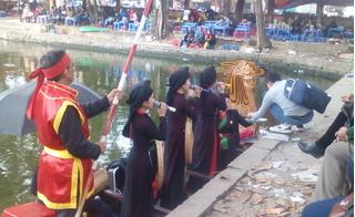 Bất chấp lệnh cấm, các liền anh liền chị vẫn ngả nón xin tiền ở hội Lim