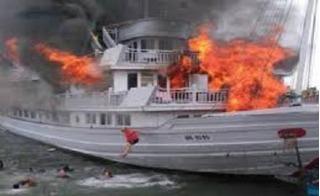 Tàu chở khách du lịch bốc cháy ngùn ngụt trên Vịnh Hạ Long