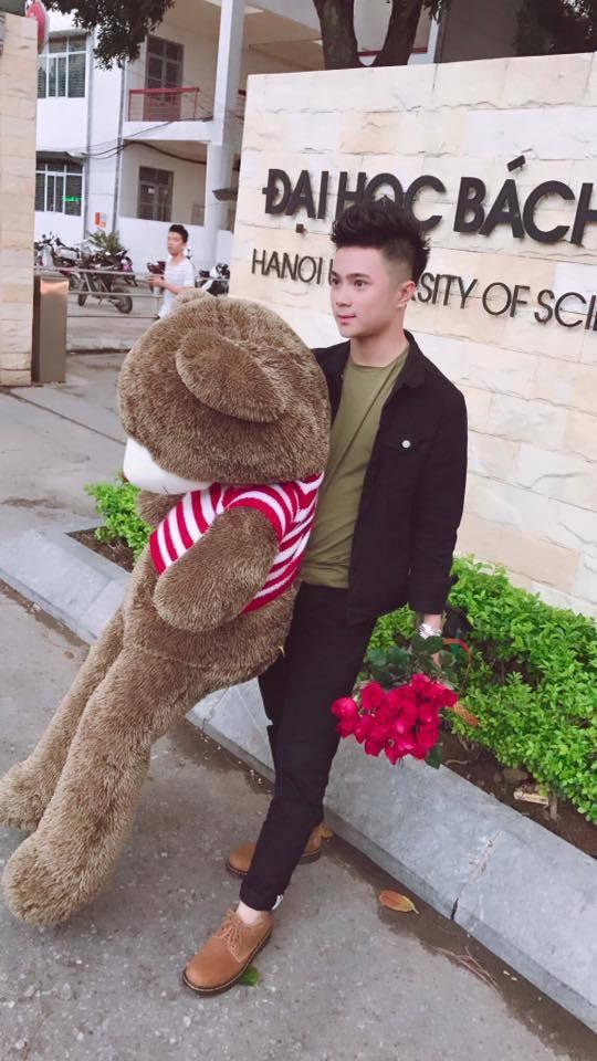 hot boy ôm gấu và hoa2