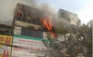 Hà Nội: Cháy đối diện bệnh viện Bạch Mai, người dân dùng bình cứu hỏa dập lửa bất thành