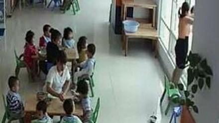 cô giáo dọa ném trẻ qua cửa sổ