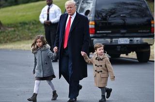 Giây phút thảnh thơi của ông Trump bên hai cháu ngoại