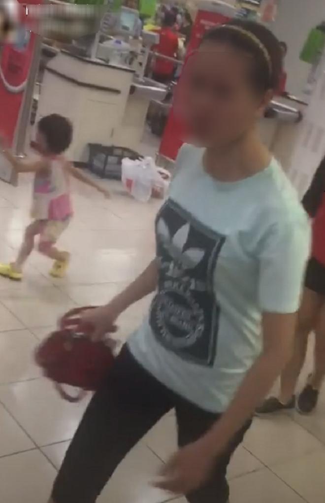 Mẹ đánh con vì mất gói kẹo 2