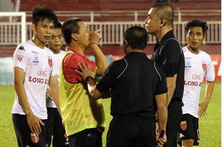 Long An sẽ nhận án phạt nặng từ VFF sau vụ cầu thủ bất động 7 phút?