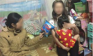 Bà mẹ đánh con trong siêu thị vì làm mất gói kẹo: