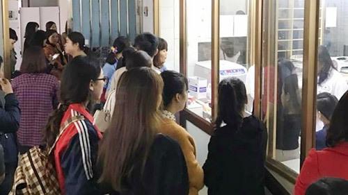 Hàng trăm giáo viên chờ xét nghiêm máu