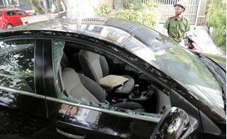Vào trường mầm non đón con, phụ huynh bị đập kính ô tô trộm sạch của nả