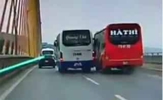 Thót tim với clip hai xe khách cỡ lớn lạng lách, làm náo loạn cầu Bãi Cháy