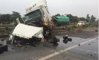 Xe chở công nhân Samsung gặp nạn giữa cao tốc, 5 người bị thương