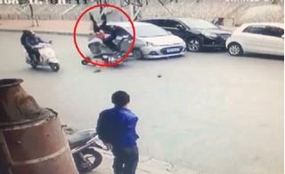 Ô tô chạy lấn làn, hất tung người đi đường trên phố Kim Ngưu