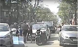 Thanh niên đi SH chở bạn gái tạt đầu taxi rồi nhảy xuống hành hung tài xế