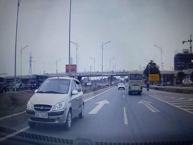 xe ô tô đi ngược chiều trên cao tốc