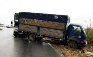 Hòa Bình: Húc vào đuôi xe đi cùng chiều, tài xế xe tải bị thương