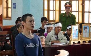 Nhói lòng cảnh con trẻ đội khăn tang ngoan ngoãn theo mẹ đến tòa