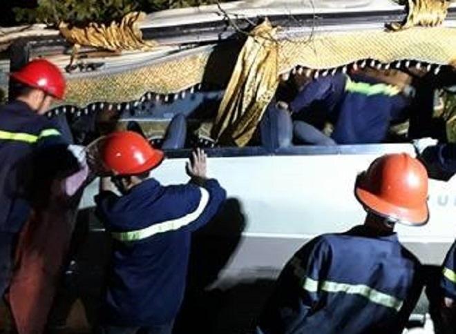 Lật xe khách 23 người thương vong 2