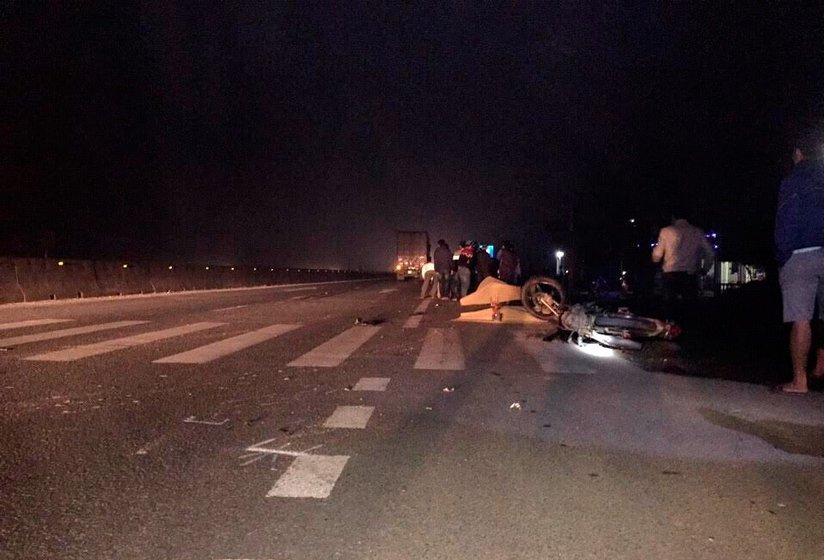 Container đâm xe máy khiến 3 người chết 1