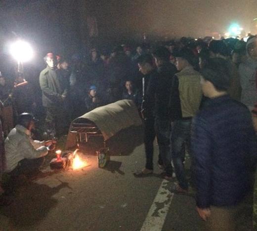 Container đâm xe máy khiến 3 người chết 2