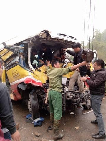 Xe buýt va chạm xe tải 3