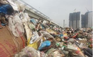 Hà Nội: Công ty xử lý rác thải đổ hàng chục tấn rác xuống gầm cầu vượt trong đêm