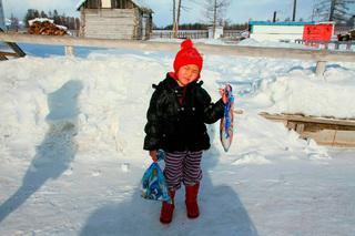 Cháu gái 4 tuổi vượt rừng rậm đầy chó sói giữa trời tuyết âm độ để cứu bà đang hấp hối