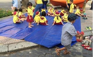 Cậu bé lượm ve chai xếp dép cho các bạn: Khóc cạn nước mắt khi không được tới trường