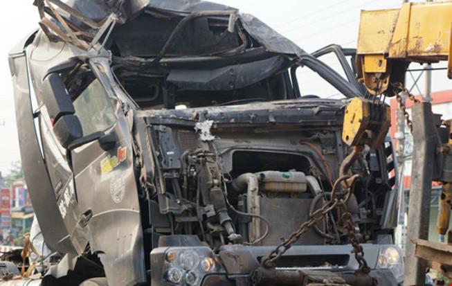 xe tải đâm sập cửa hàng điện thoại