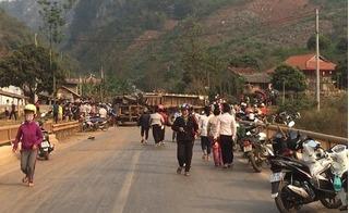 Sơn La: Xe chở đá dài hàng chục mét lật nhào, 3 người bị đè chết