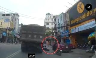 Clip ô tô bất ngờ mở cửa, hai em nhỏ suýt chết ở Bắc Ninh