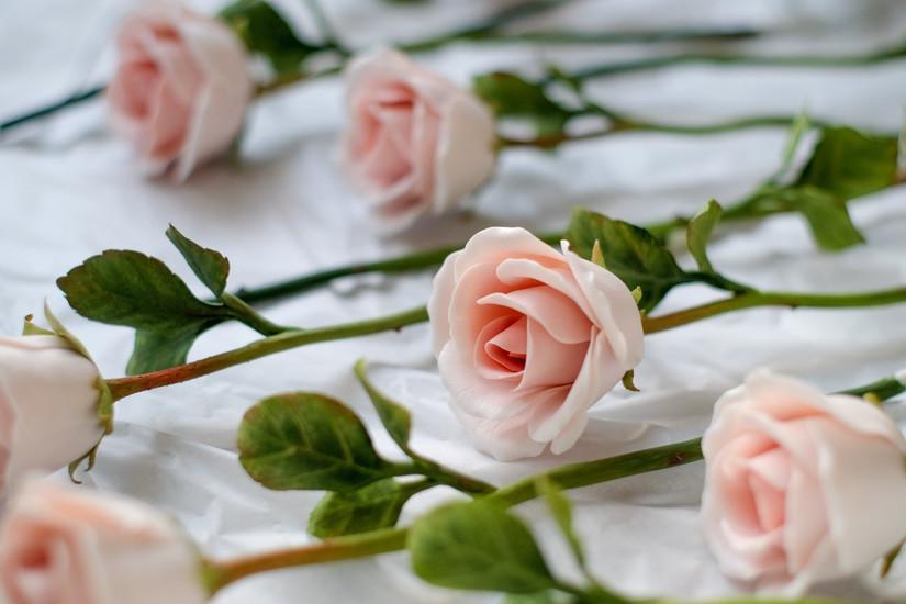 Hoa hồng sứ có hình dáng khá giống hoa thật