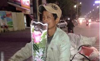 Chị em nức nở với bức ảnh người đàn ông nhặt ve chai mua hoa tặng vợ ngày 8/3