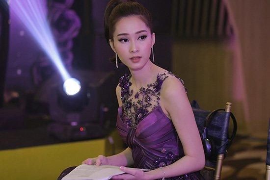 Clip Hoa hậu Thu Thảo nói tiếng Anh ấp úng trong sự kiện 1