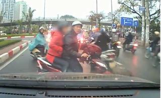 Clip xe máy đi ngược chiều ở Hà Nội còn trách mắng tài xế